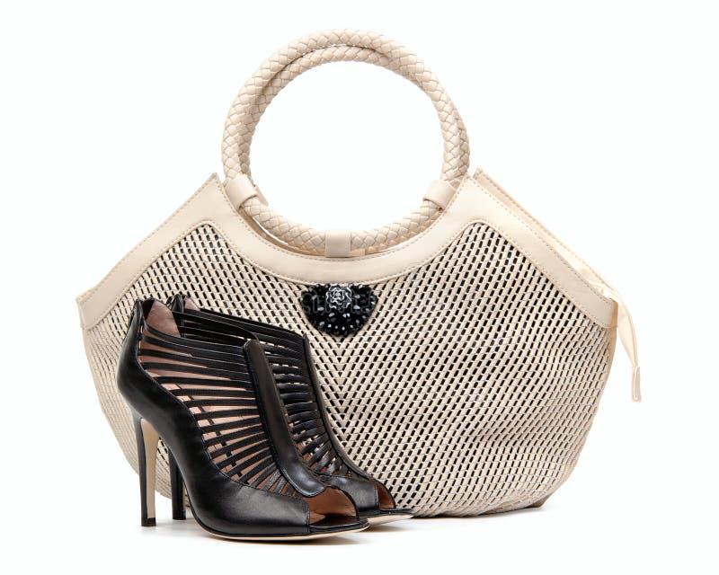 kvinnlighandväskan över par shoes white royaltyfri bild