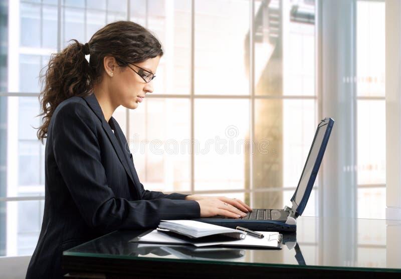 kvinnligkontorsarbetare arkivfoto
