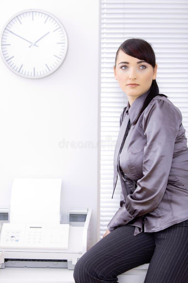 kvinnligkontorsarbetare royaltyfri bild
