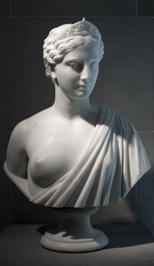 kvinnligmarmorskulptur royaltyfri foto