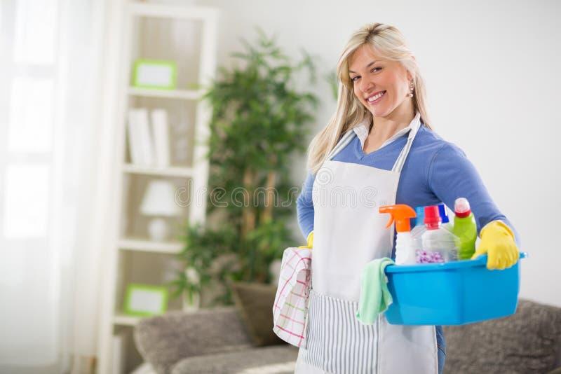Kvinnlign är klar för rengörande hus arkivbild