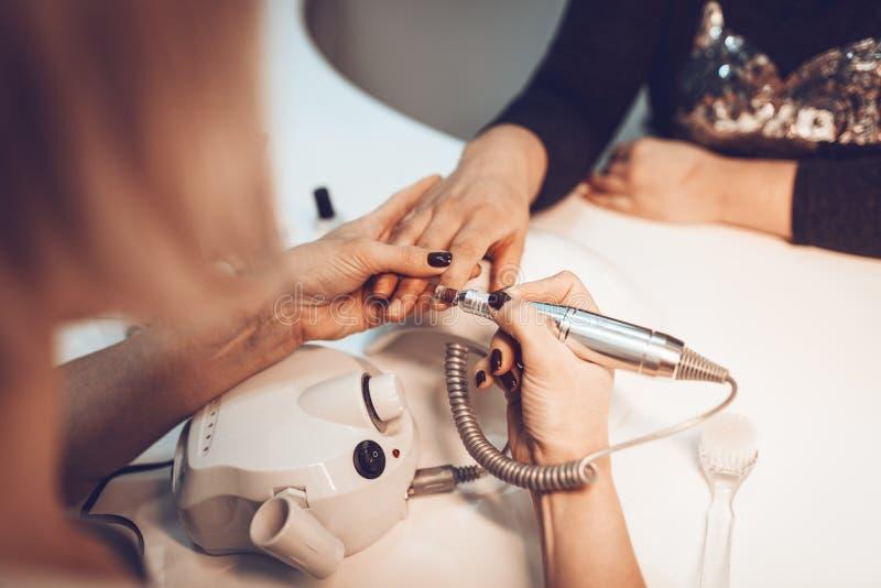 kvinnlign hands manicurebehandling royaltyfria foton