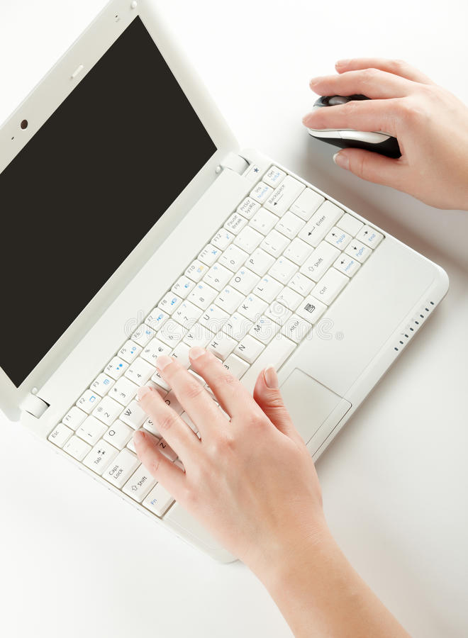 kvinnlign hands tangentbordbärbar dator arkivfoto
