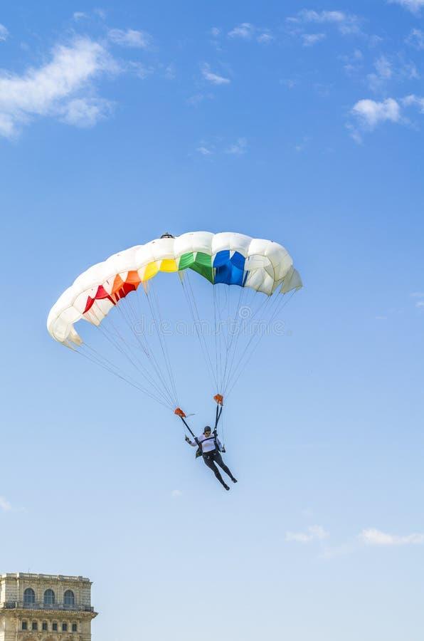 Kvinnlign hoppa fallskärm förklädet royaltyfria foton