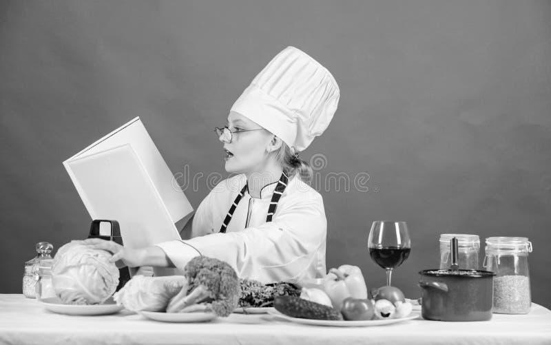 Kvinnlign i hatt och f?rkl?de vet allt om kulinariska konster F?rb?ttra att laga mat expertis Kulinarisk expert Kvinnakock Cookin royaltyfri bild