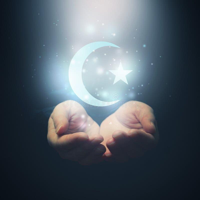 Kvinnlign räcker öppning till ljus och den Halh månen och stjärnan, symbol av royaltyfri fotografi