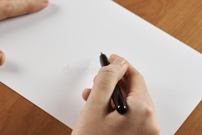 Kvinnlign räcker den hållande calligraphic borsten eller pennan, med vitmellanrumet arkivbilder