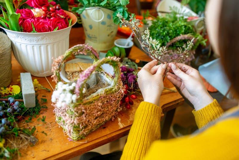 Kvinnlign räcker framställning av den härliga buketten av blommor på bakgrund royaltyfri fotografi