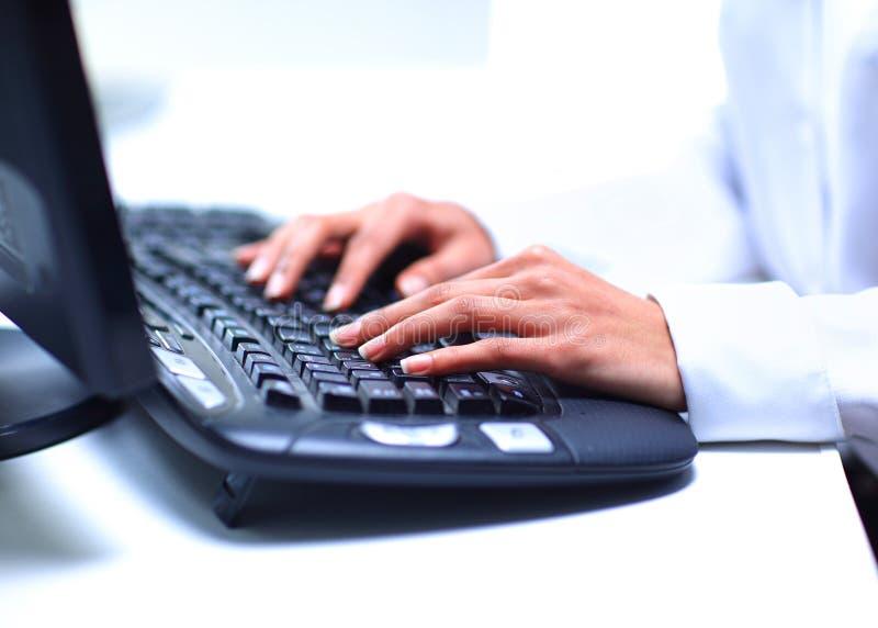 Kvinnlign räcker maskinskrivning på datortangentbordet arkivbilder