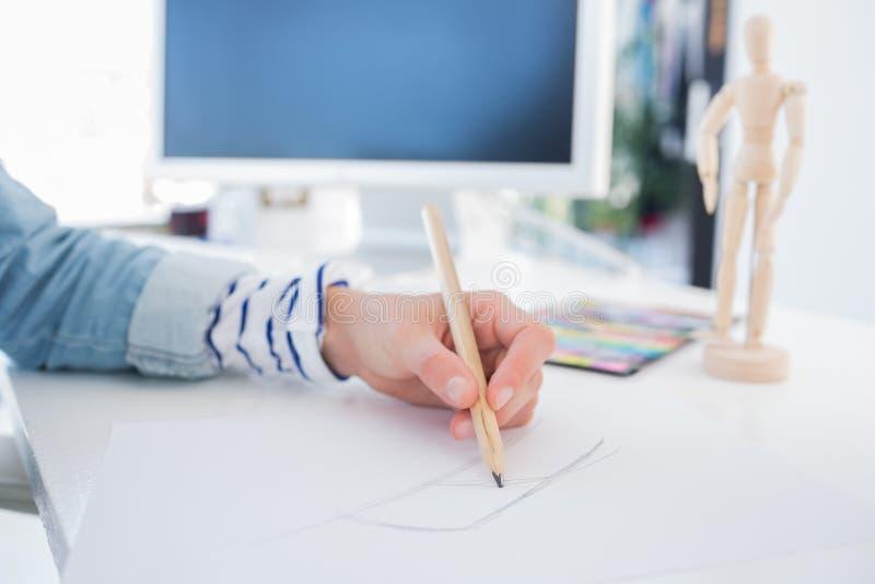 Kvinnlign räcker teckningen med blyertspennan royaltyfri foto