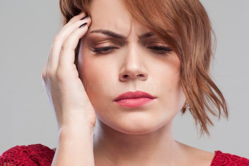 Kvinnlign smärtar under perioder hård dag arkivbild