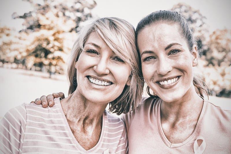 Kvinnlign ställa upp som frivillig deltagande i bröstcancermedvetenhet arkivbilder