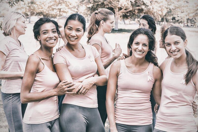 Kvinnlign ställa upp som frivillig deltagande i bröstcancermedvetenhet arkivfoton
