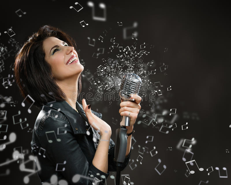 Kvinnlign vaggar musikern som räcker låta mic royaltyfri foto