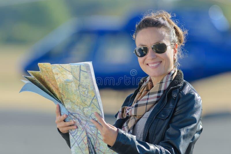 Kvinnligpilot med översikten utanför arkivbild