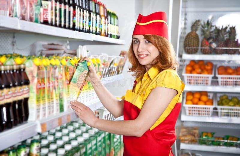 kvinnligsäljaresupermarket royaltyfria bilder