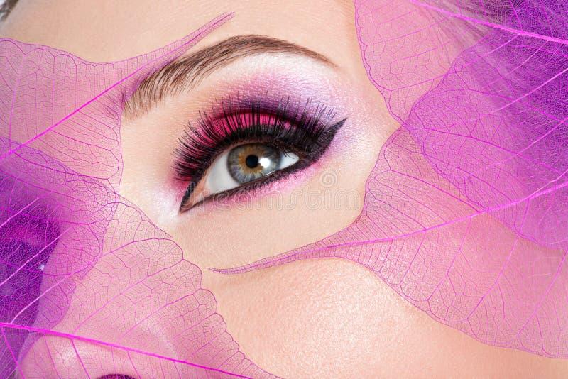 Kvinnligt öga med ljus rosa makeup för härligt mode royaltyfri fotografi