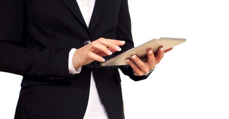Kvinnligt affärskvinnaarbete med en Digital Tablet arkivfoto