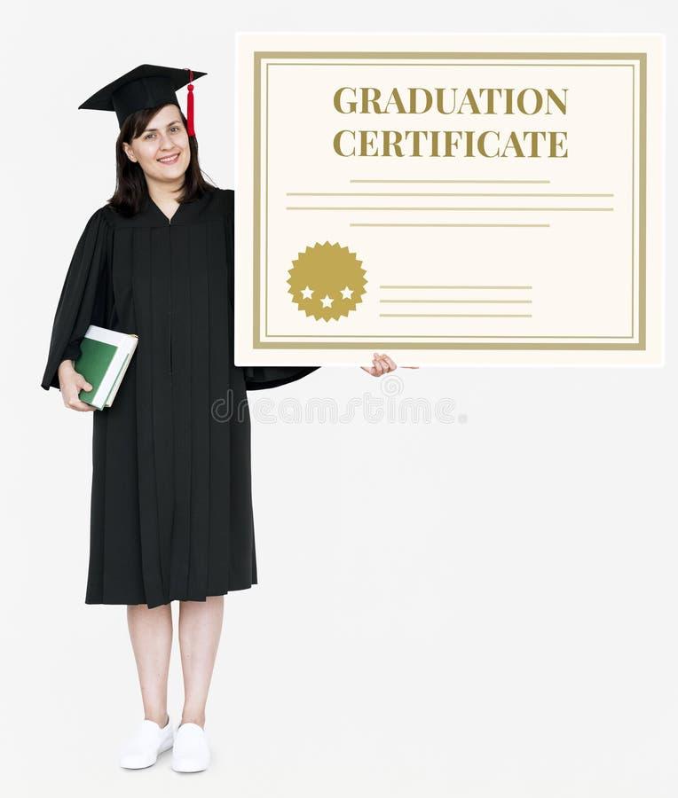 Kvinnligt akademikert innehav ett avläggande av examencertifikat royaltyfri bild