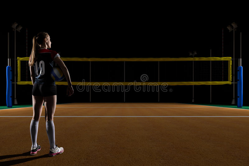 Kvinnligt anseende för volleybollspelare med salvabollen royaltyfri foto