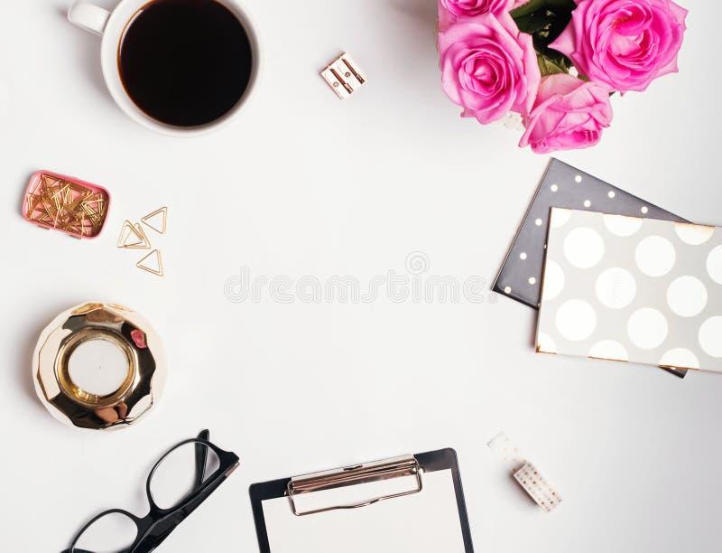 Kvinnligt arbetsplatsbegrepp: cofee, rosor och liten guld- färgac arkivfoton