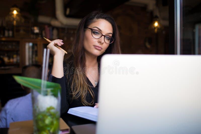 Kvinnligt bära i exponeringsglas som har webinar royaltyfri foto