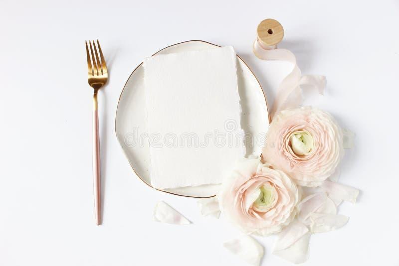 Kvinnligt bröllop, skrivbords- modellplats för födelsedag Porslinplatta, pappers- kort för tomt hantverk, siden- band, rodnadrosa arkivbild
