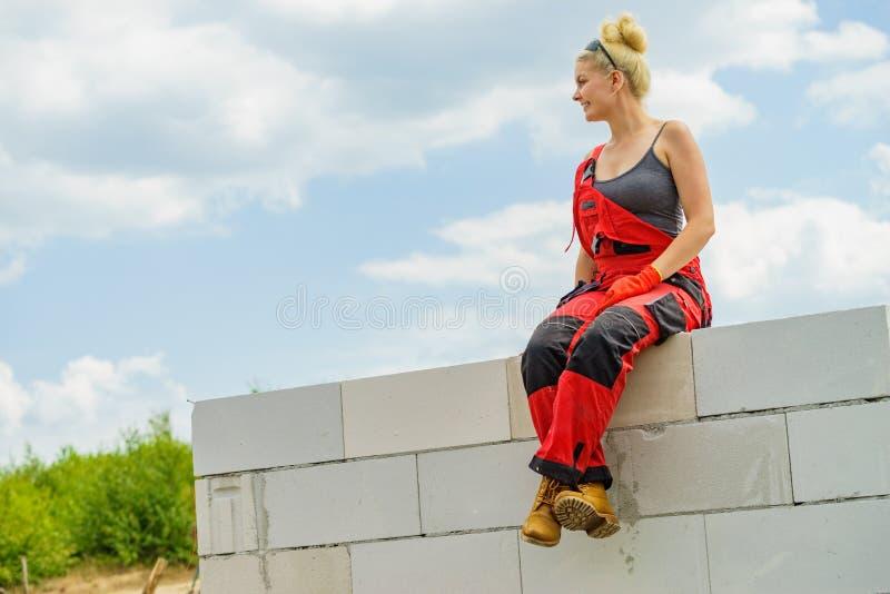 Kvinnligt byggm?stareavbrott p? konstruktionsplats royaltyfria foton