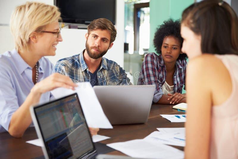 Kvinnligt chefLeading Meeting In kontor royaltyfri bild