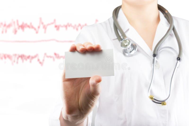 Kvinnligt doktors kort för affär för mellanrum för handinnehav Slutet sköt upp på medicinsk suddig bakgrund Begrepp av sjukvården royaltyfri fotografi