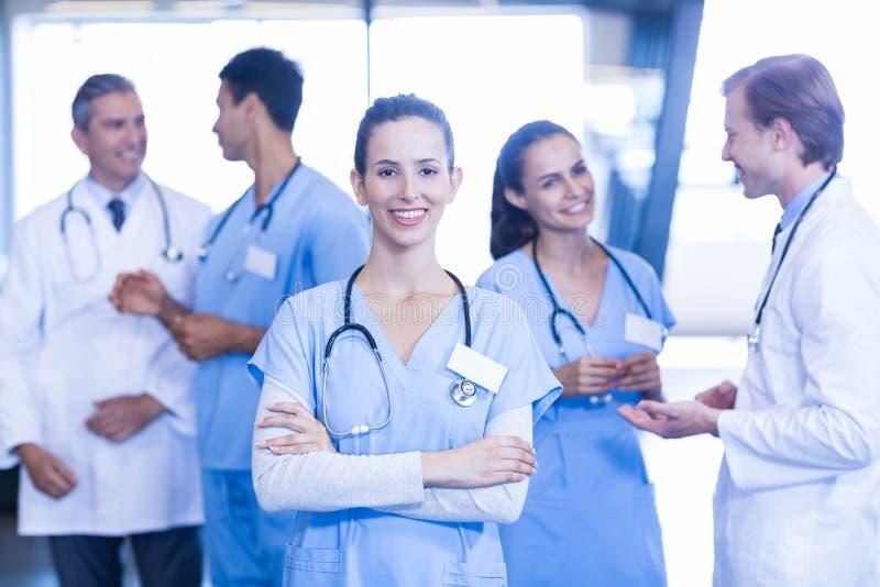 Kvinnligt doktorsanseende som är främst och ler på kameran royaltyfri bild