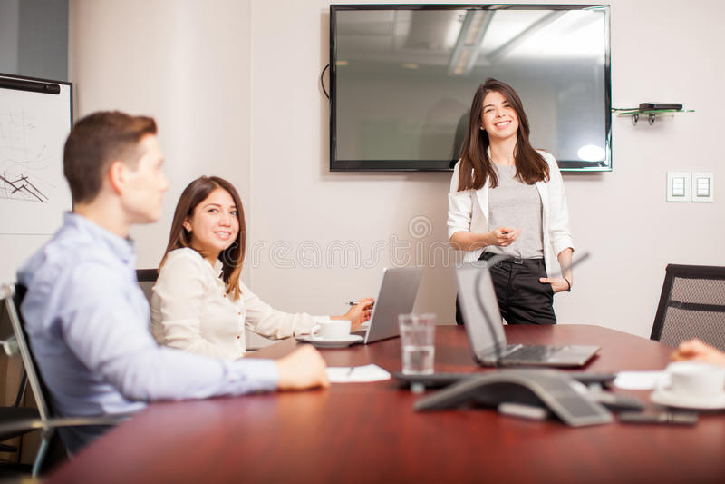 Kvinnligt framstickande i en mötesrum royaltyfri bild
