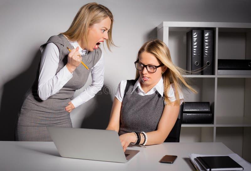 Kvinnligt framstickande omkring som dödar hennes anställd med blyertspennan arkivbild