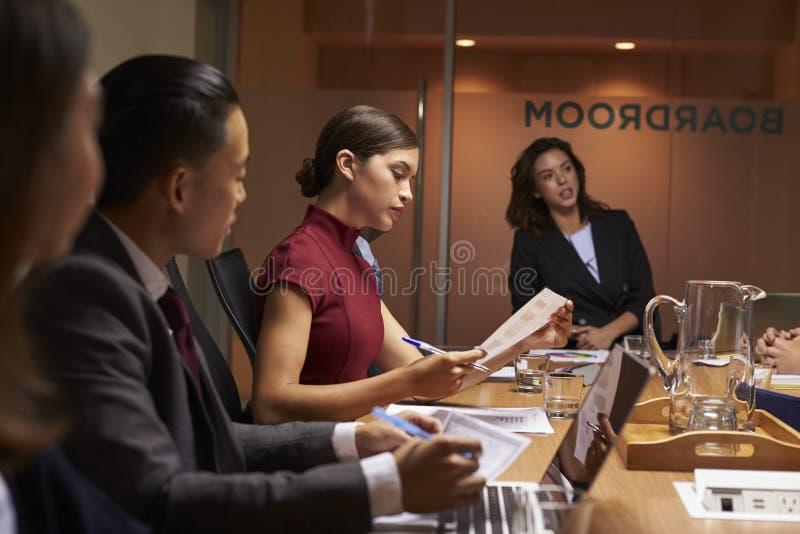Kvinnligt framstickande som presiderar upp affärsmötet i styrelse, slut royaltyfri fotografi
