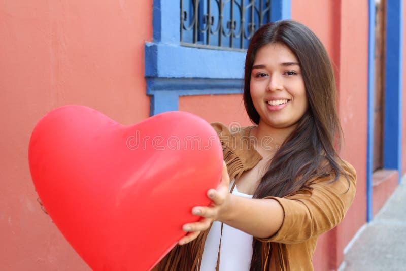 Kvinnligt ge en röd stor hjärta arkivbilder