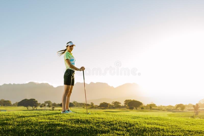 Kvinnligt golfareanseende på golfbana royaltyfri bild