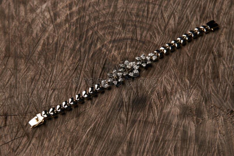 Kvinnligt härligt armband på träbakgrund arkivfoto