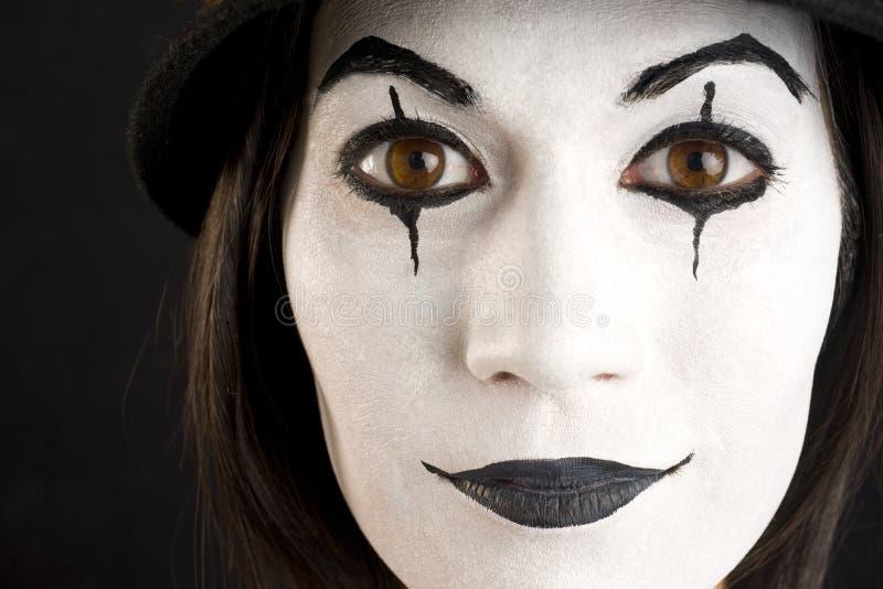 Kvinnligt i vit vända mot att leka en clown eller en far arkivfoto