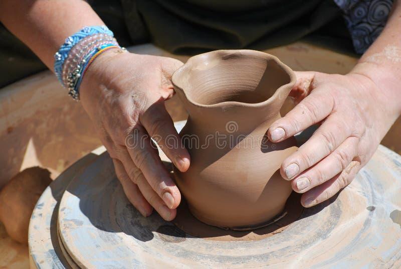 Kvinnligt keramikerarbete royaltyfri bild