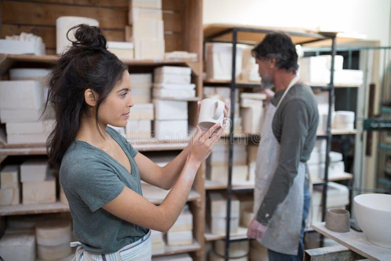 Kvinnligt kontrollera för keramiker rånar royaltyfri fotografi