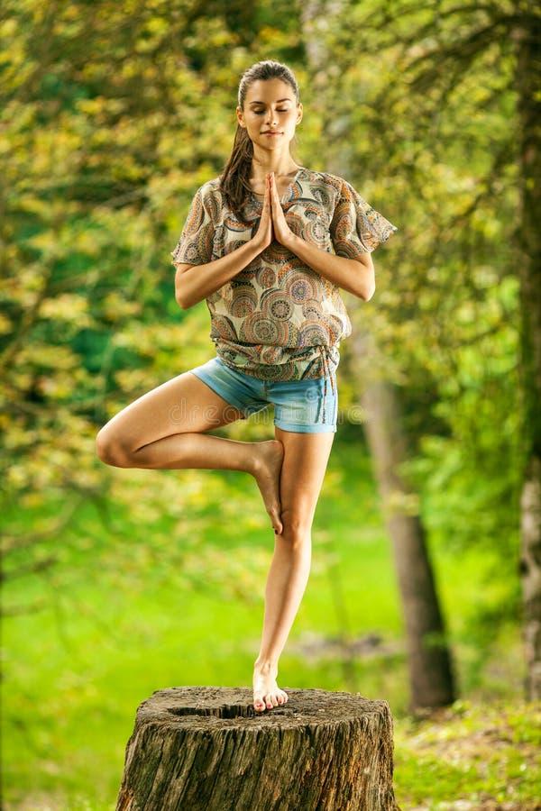 Kvinnligt koppla av i natur fotografering för bildbyråer