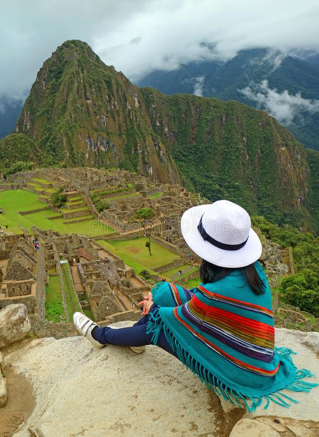 Kvinnligt koppla av på Cliff Looking på Machu Picchu Inca Ruins, Cusco, Urubamba, arkeologisk plats i Peru arkivbild