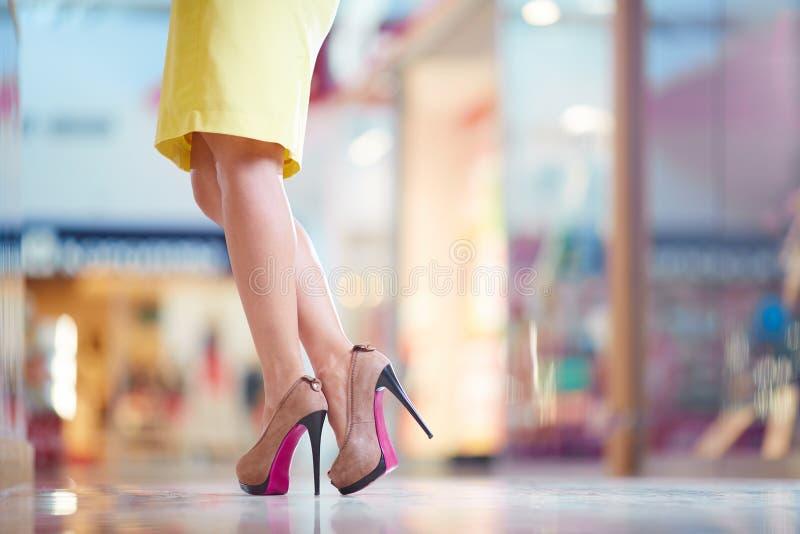 Kvinnligt lägger benen på ryggen fotografering för bildbyråer