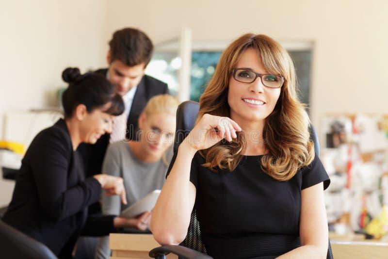 Kvinnligt le för ledare arkivfoton