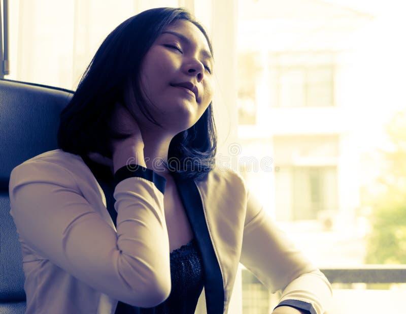 Kvinnligt lidande för kontorsarbetaren från hals smärtar, kontorssyndrom royaltyfria bilder