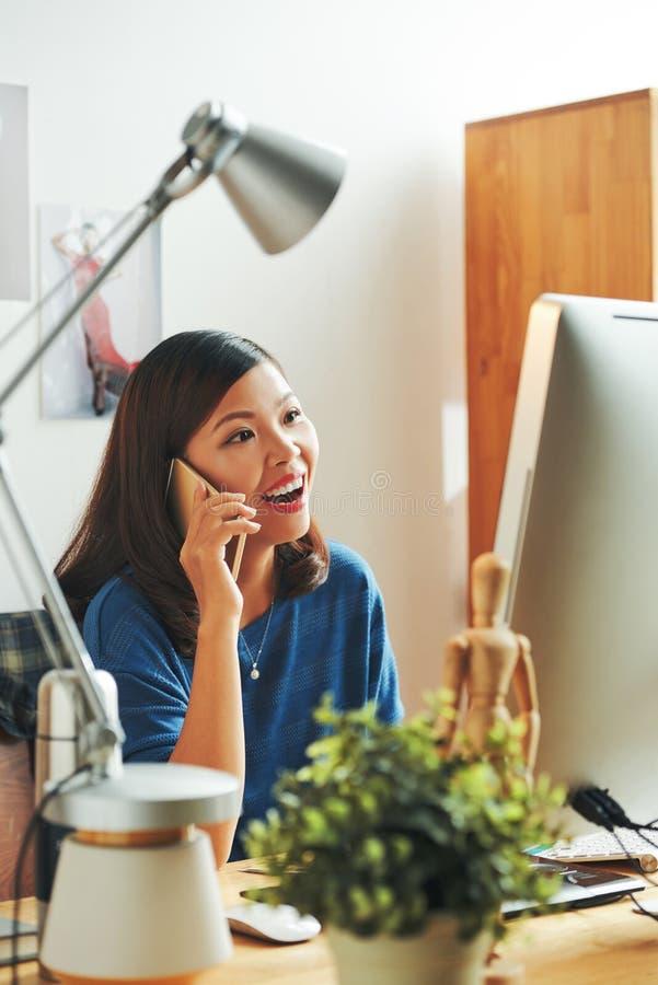 Kvinnligt märkes- samtal på telefonen royaltyfria foton