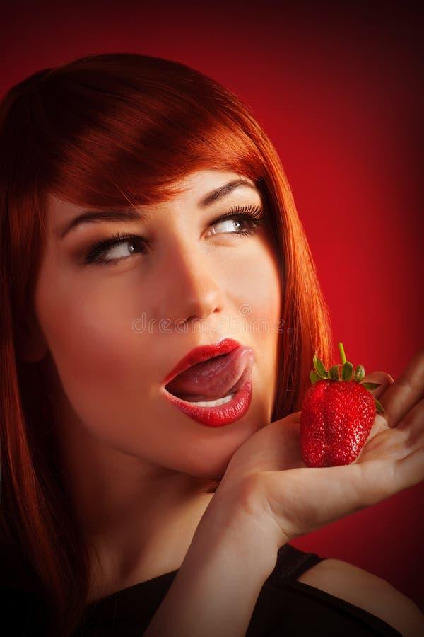Kvinnligt med jordgubben royaltyfria bilder