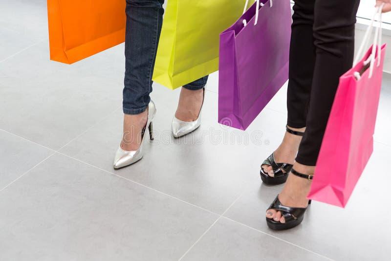 Kvinnligt med shopping hänger lös Lycklig dam med shoppingpåsen förestående arkivbilder
