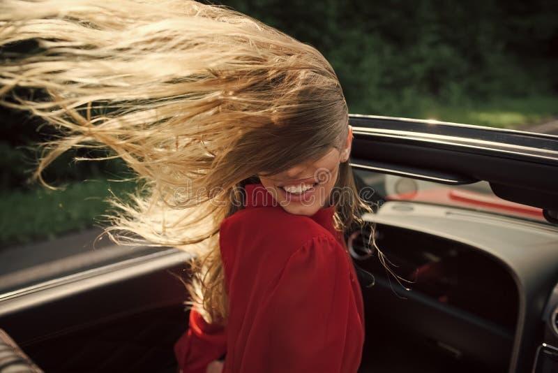 Kvinnligt mode, skönhet och annonseringbegrepp Affärstur eller befalla, lycklig flickachaufför fotografering för bildbyråer