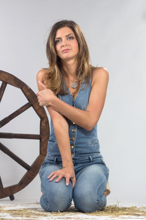 Kvinnligt modellera att posera på studion i det ljust exponerar. royaltyfria bilder